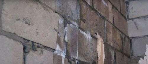 Грунтовка цегляних стін перед штукатуркою