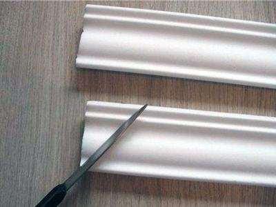 Як обрізати стельовий плінтус для внутрішнього кута