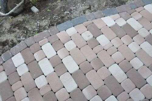 Як покласти плитку на землю на дачі