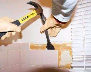 Як прибрати плитковий клей зі стіни