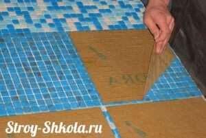 Укладання мозаїчної плитки на сітці