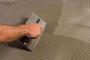 Вирівняти підлогу плитковим клеєм